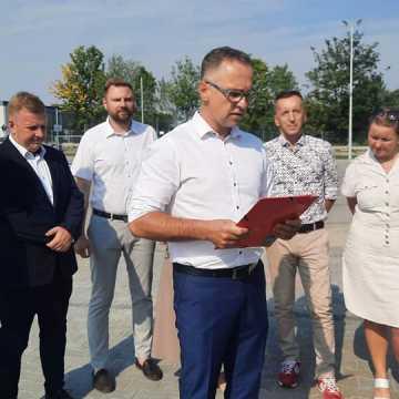 """Prezydent jest odpowiedzialny za tę fuszerkę. Konferencja radnych opozycyjnych przy basenie """"Aquara"""" w Radomsku"""