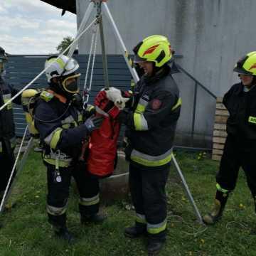 Strażacy uratowali kota z dwudziestometrowej studni