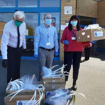 Pół tysiąca przyłbic dla szpitala od pracowników Banku PKO BP w Radomsku