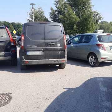 Bezmyślne parkowanie na terenie szpitala w Radomsku