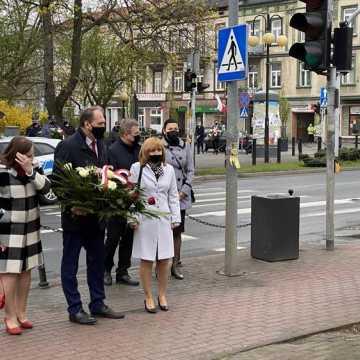 Święto Konstytucji 3 Maja w Radomsku. Nabożeństwo i kwiaty