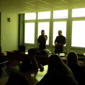 Młodzieżowa Drużyna Pożarnicza odwiedziła Komendę Policji w Radomsku