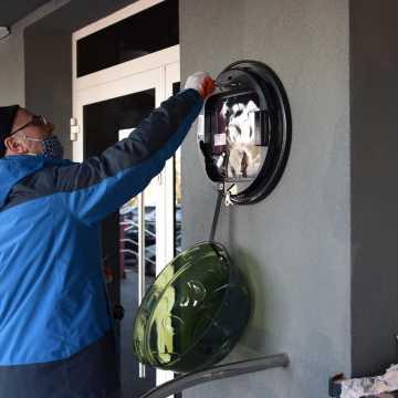 Przy Urzędzie Miasta w Radomsku zamontowano defibrylator