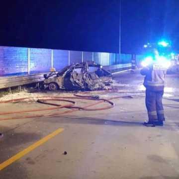 W wyniku wypadku doszło do pożaru samochodu. Dwie osoby ranne