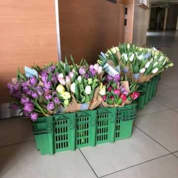 Kwiaty dla pracowników radomszczańskiego szpitala