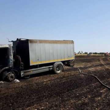 Ciężarówka spłonęła na polu