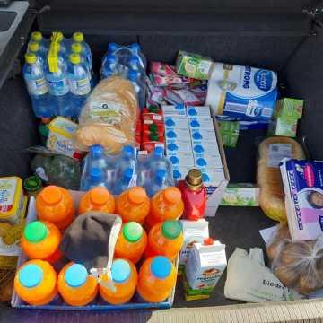 Wolontariusze pomagają. Przedświąteczne zakupy idą pełną parą