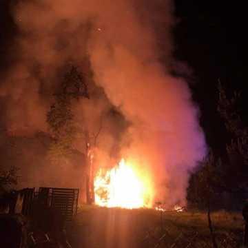 Spłonęła stodoła w Radziechowicach Drugich. Akcja gaszenia trwała ponad 10 godzin