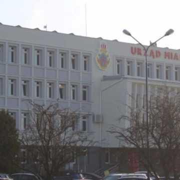 Zmiany w Urzędzie Miasta Radomska: system zmianowy i wydłużenie godzin pracy