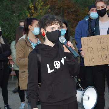 Młodzi ludzie  strajkują pod domami polityków. Ktoś tej formy ich nauczył…