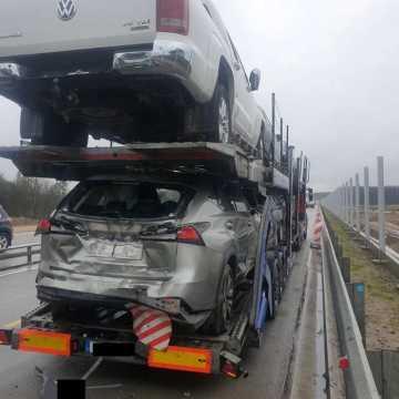 Na DK1 koło Dobryszyc, TIR wjechał w naczepę z samochodami