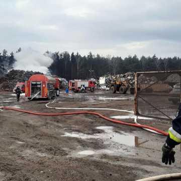 Pożar na składowisku złomu w Stobiecku Szlacheckim