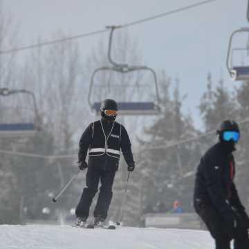 Policyjny patrol narciarski czuwa na Górze Kamieńsk