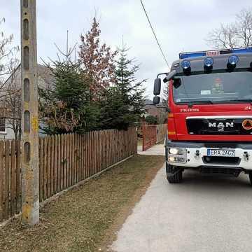 Strażacy gasili pożar sadzy w kominie w Hucie Porajskiej