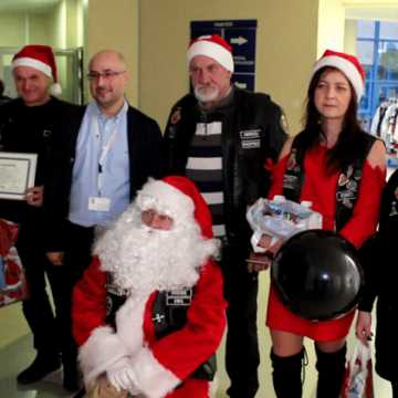 Klub Motocyklowy Czarny w roli św. Mikołaja