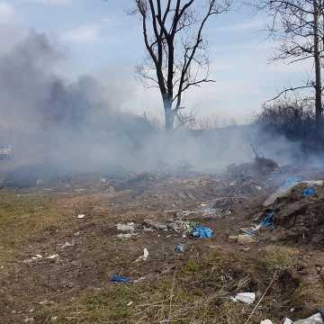 Pożar dzikiego wysypiska śmieci w Hucisku Małokobielskim