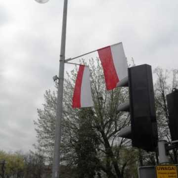 Magistrat rozdaje biało-czerwone flagi