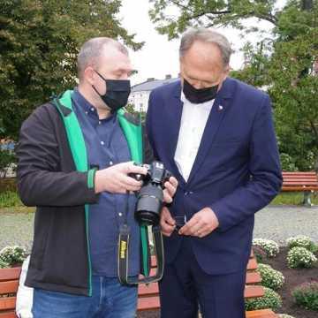 Fotografik Wiesław Kuc opowiadał prezydentowi o swojej pasji oraz odebrał nagrodę