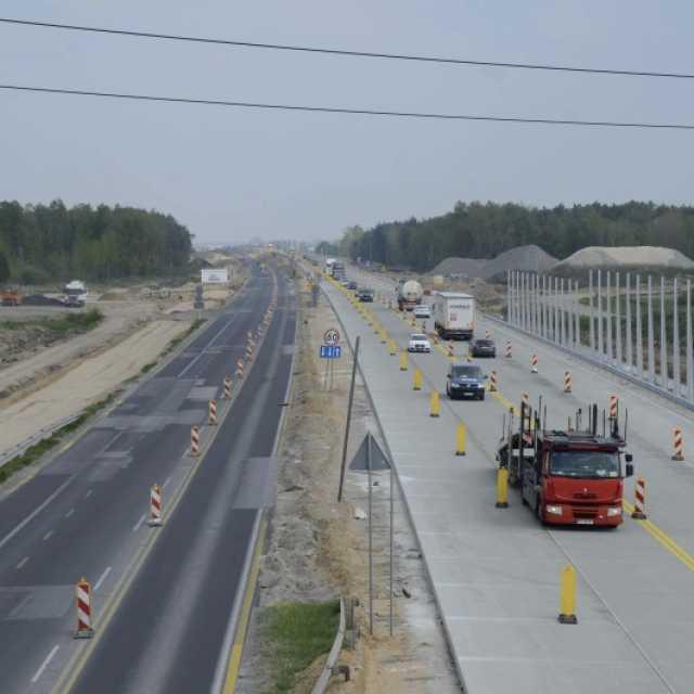 5 km nowej betonowej jezdni na autostradzie między Piotrkowem a Kamieńskiem