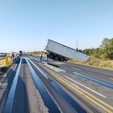 Utrudnienia na DK1 w rejonie Kamieńska. Ciężarówka wypadła z drogi