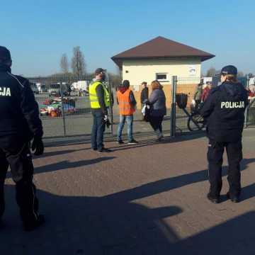 Miejskie targowisko otwarte. Policja pilnuje bezpieczeństwa sanitarnego