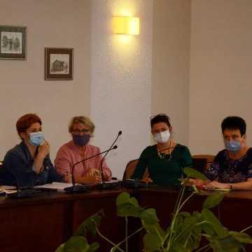 Powiatowe szkoły przygotowują się do lekcji w czasie epidemii
