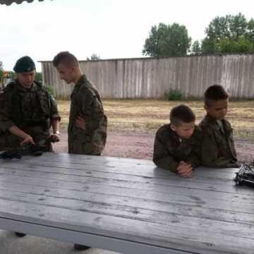 Harcerze z Radomska z wizytą w jednostce wojskowej