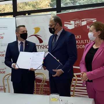 [WIDEO] Podpisano umowę na dofinansowanie remontu sali widowiskowej MDK w Radomsku