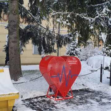 Czerwone serce na nakrętki przed MDK-iem w Przedborzu