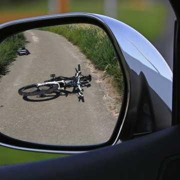 Rowerzysta z promilami wjechał w auto