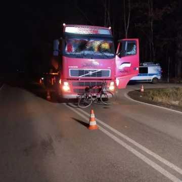 Pow. bełchatowski: 49-letnia rowerzystka zginęła pod kołami ciężarówki