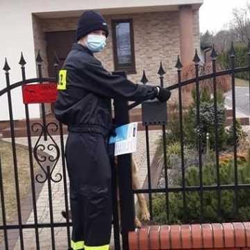 Strażacy z powiatu radomszczańskiego roznoszą ulotki na temat szczepień