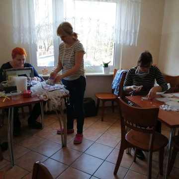 Klub Senior Plus pomaga szyć maseczki