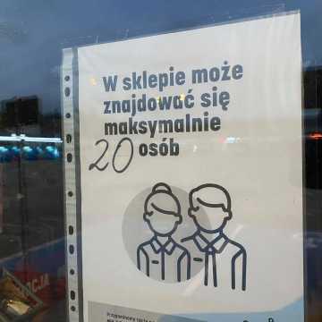 Będą zmiany limitów osób w sklepach i kościołach?