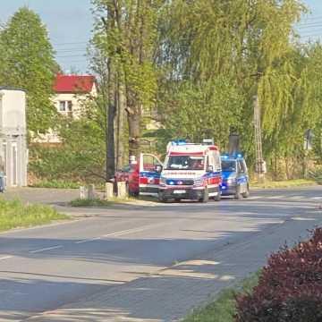 Pijany kierowca nie chciał potrącić rowerzysty. Uderzył w betonową zaporę i drzewo