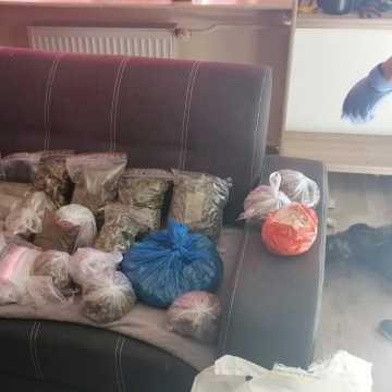 27 zarzutów za produkcję i handel narkotykami. Policjanci zabezpieczyli 14 kilogramów używek