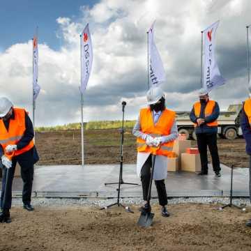 Bełchatów: Wbita pierwsza łopata pod budowę fabryki