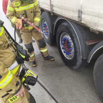 Strażacy z Kamieńska wyjechali do pożaru koła w ciężarówce na DK1