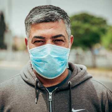 Ministerstwo Zdrowia przypomina: nadal trzeba nosić maseczki, jeśli dystans wynosi mniej niż 2 metry