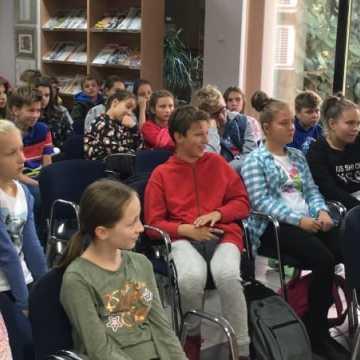 Spotkanie młodzieży z pisarką w bibliotece