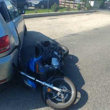 Kierujący toyotą wjechał w motorowerzystę