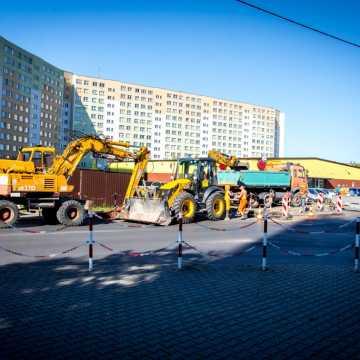 Bełchatów: awaria kanalizacji na ulicy Okrzei. Są utrudnienia komunikacyjne