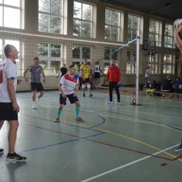 Samorządowcy grali w siatkówkę