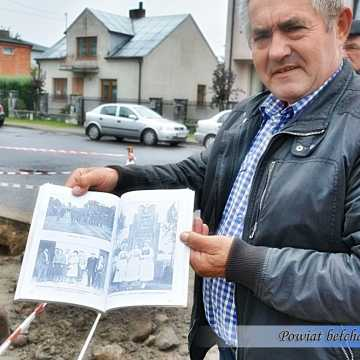 Pow. bełchatowski: pomnik Józefa Piłsudskiego odkopany po 80 latach przez strażaków
