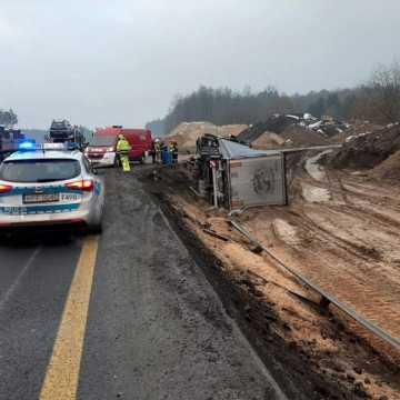 DK1: Samochód ciężarowy przewrócił się na bok