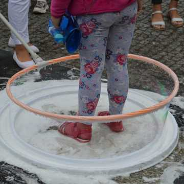 Wyjątkowo barwnie na placu 3 Maja w Radomsku. Dziś dzień baniek mydlanych i święto kolorów