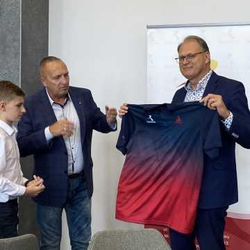 Młodzi tenisiści UMLKS Radomsko z prezentem dla prezydenta