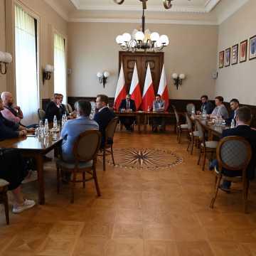 Prezes PAIH z wizytą u wicewojewody łódzkiego. Rozmawiano m.in. o Radomsku