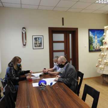 W Kamieńsku podpisano dwie ważne umowy związane z inwestycjami