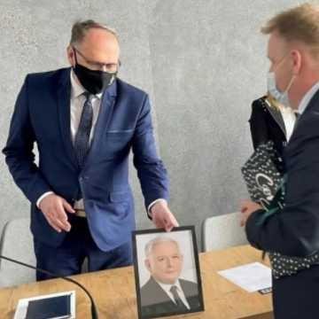 Łukasz Więcek przekazał prezydentowi Ferencowi portret Jarosława Kaczyńskiego